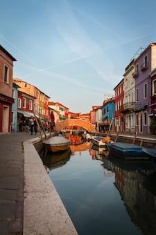 Kleur hemel straat europese woning