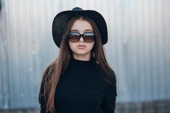 Kleuren trui zonnebril handen stad