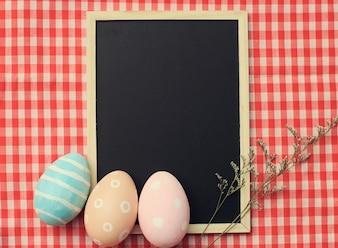 Kleurrijke paaseieren op leeg bord met retro filter effect