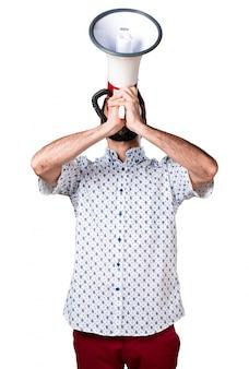 Knappe brunette man met baard schreeuwen door megafoon