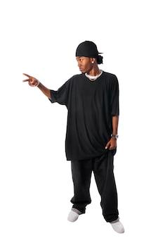 Koele jonge hip-hop man op een witte achtergrond