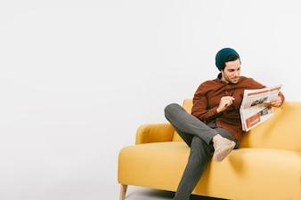 Koele jonge man die de krant leest