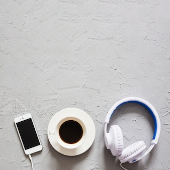 Koffie, koptelefoon en telefoon