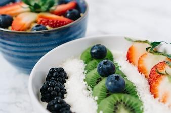 Kommen met vers fruit voor het ontbijt