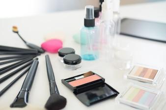 Kosmetische set op lichte kleedtafel.