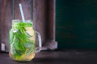 Kruik van het glas met organische drank