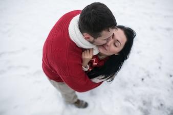 Kusend paar op sneeuw