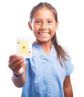 Lachend meisje met een poker-kaart