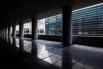 Lagen van betonnen kolom in een gebouw leegte dek