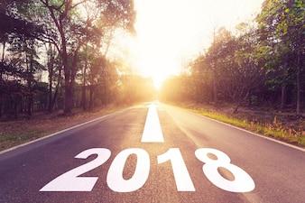 Leeg asfaltweg en Nieuwjaar 2018 doelenconcept.
