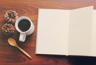 Leeg notitieboekje en koffie met retro filter effect