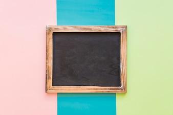 Leisteen met houten rand op kleurrijke achtergrond