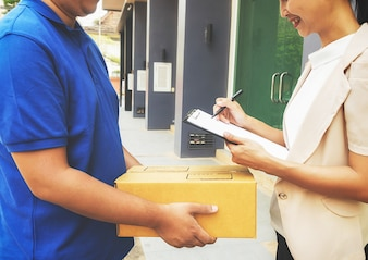 Leveringschauffeur rijden bestelwagen met pakketten op buitenkanthuis