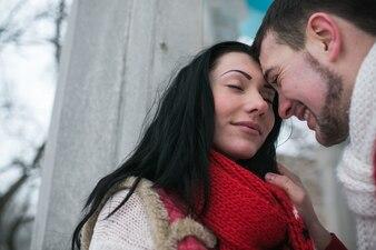 Lieve man en meisje in warme truien
