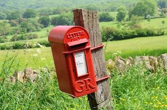 Mailbox in het Engels landschap van Cotswolds
