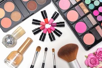 Make-up cosmetica palet en borstels op een witte achtergrond