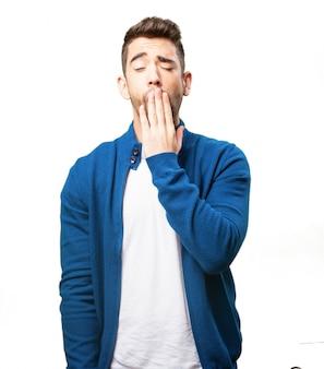 Man die zijn mond terwijl gapende