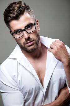 Man in wit overhemd en een bril