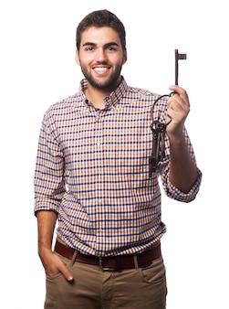 Man met een oude sleutel in zijn hand