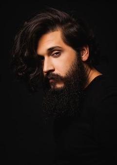 Man met lang haar en een lange baard