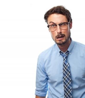 Man met shirt met zeldzame gezicht en een bril te zien