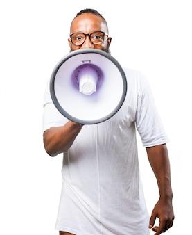 Man te praten over een megafoon