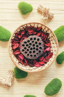 Mand met paddestoel en rozenblaadjes