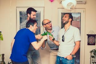 Mannen feest met bier
