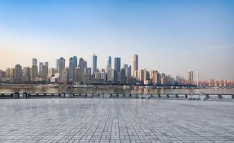 Marmeren platform in de voorkant van de skyline van de stad