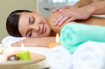 Masseur doen massage op vrouwenlichaam