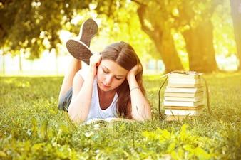 Meisje dat een boek leest.