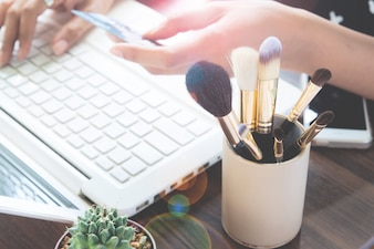 Meisje met behulp van creditcard en laptop computer voor online winkelen, Beauty en Online winkelen concept