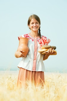 Meisje met brood op rogebied