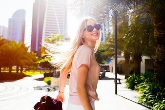 Meisje met Burgundi schudt haar haar weer op de straat in Dubai