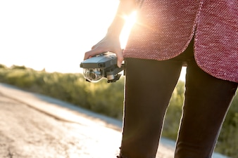 Meisje met haar drone voor het filimeren van video's