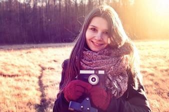 Meisje met retro vintage camera.
