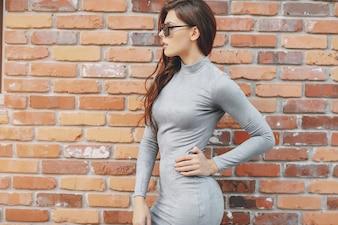 Meisje mode bakstenen muur