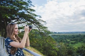 Meisje nemen foto op het bekijken platform