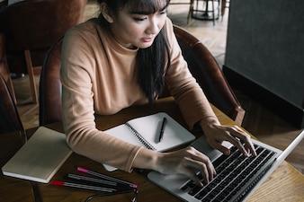 Meisje typen op laptop