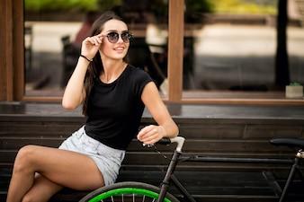 Meisje zittend op een bankje