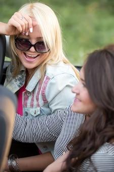 Meisjes het besturen van een auto