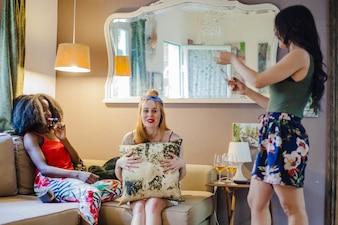 Meisjes op feest in de woonkamer