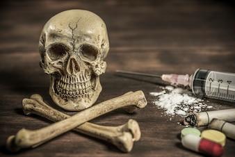Menselijke schedel en gekruiste knekels drugsverslaafde concept