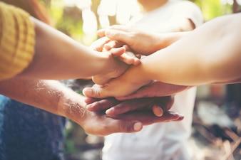 Mensen gelukkige ondersteuning stapelen gemeenschap