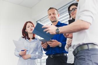 Mensen in een modern kantoor samenwerken