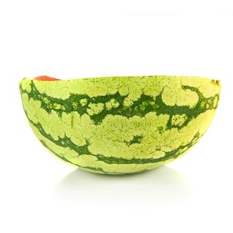 Midden watermeloen geïsoleerd over witte achtergrond