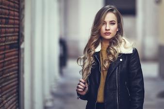 Model schattig volwassen portret stedelijk