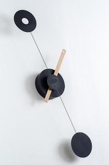 Moderne klok op een muur