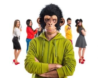 Monkey man met zijn armen gekruist