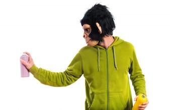 Monkey man schilderen met spray